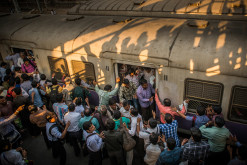 Indien / Maharashtra / Mumbai (Zug: Western Railway, Mumbai, Vorortbahn): Die Nahverkehrszüge Mumbais werden täglich von über 7,5 Millionen Menschen genutzt. Damit ist es das geschäftigste Nahverkehrsnetz der Welt.