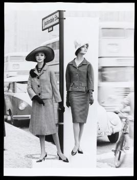 08 Regina Relang, Mode in der Strasse, Berlin 1961 © Münchner Stadtmuseum Sammlung Fotografie Archiv Relang