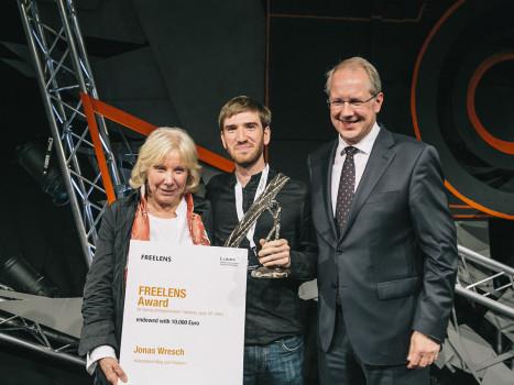Foto von der Preisverleihung (v.l.n.r.): Ruth Eichhorn, GEO, der Lumix-Preisträger Jonas Wresch und Hannovers Oberbürgermeister Stefan Schostock.