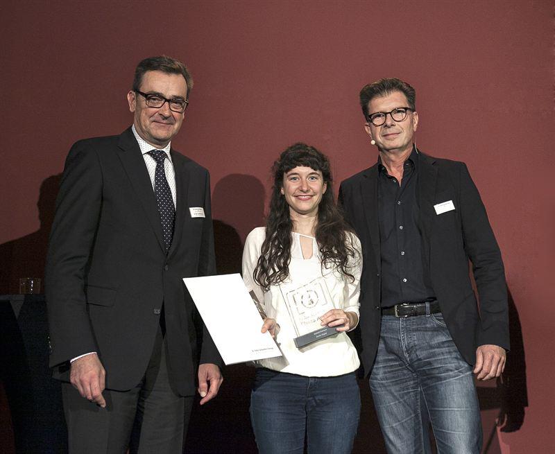 v.l.n.r.: Dr. Bernhard Klofat (CEO Felix Schoeller Group), Karolin Klüppel, Berlin, Michael Dannenmann (Porträtfotograf, Jurymitgllied)